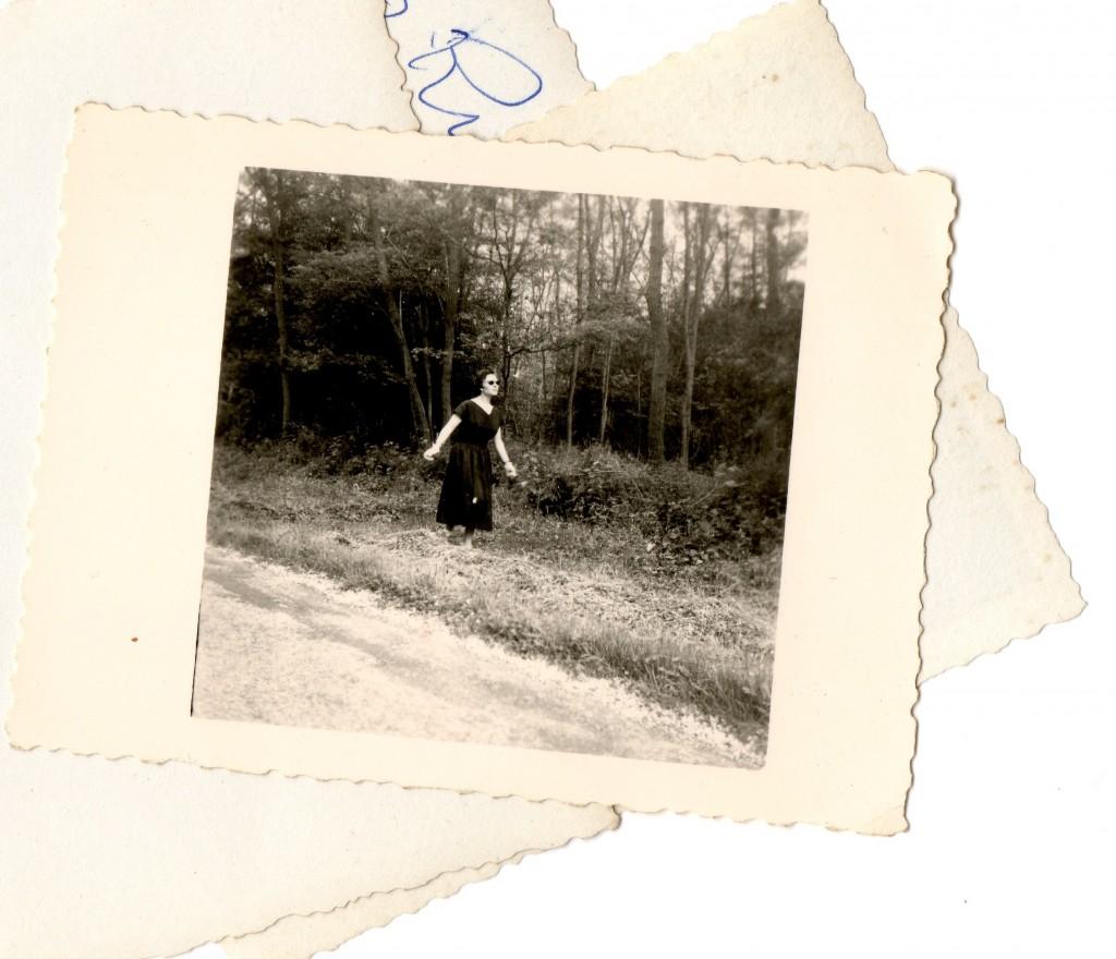 femme robe noire forêt001